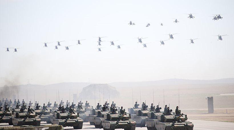 Επίδειξη δύναμης από την Κίνα: Παρέλαση από νέα οπλικά συστήματα παρουσία του Σι Τζιπίνγκ