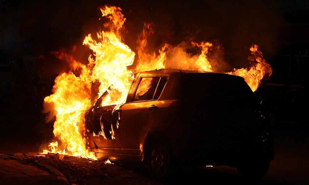 Ηράκλειο: Αυτοκίνητο σε μάντρα τυλίχτηκε στις φλόγες