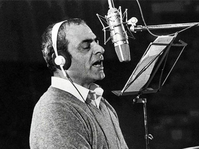 Ο Στέλιος Καζαντζίδης είναι ίσως ο πιο σημαντικός λαϊκός τραγουδιστής στην ιστορία της Ελλάδας. Τα τραγούδια του τραγουδήθηκαν όσο λίγα και είναι διαχρονικά