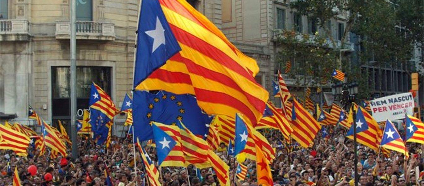 Χιλιάδες Καταλανοί ξεχύθηκαν στους δρόμους: Πανηγυρίζουν ανοίγοντας σαμπάνιες! (φωτό, βίντεο)
