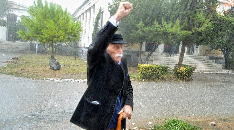 Φωτογραφίες: Υπό καταρρακτώδη βροχή κατέθεσε στεφάνι στο Πολυτεχνείο ο Γλέζος