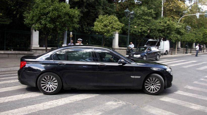 ΑΠΙΣΤΕΥΤΟ – Πόσο κάνουν τα 4 λάστιχα της θωρακισμένης BMW του Υπουργού Οικονομικών