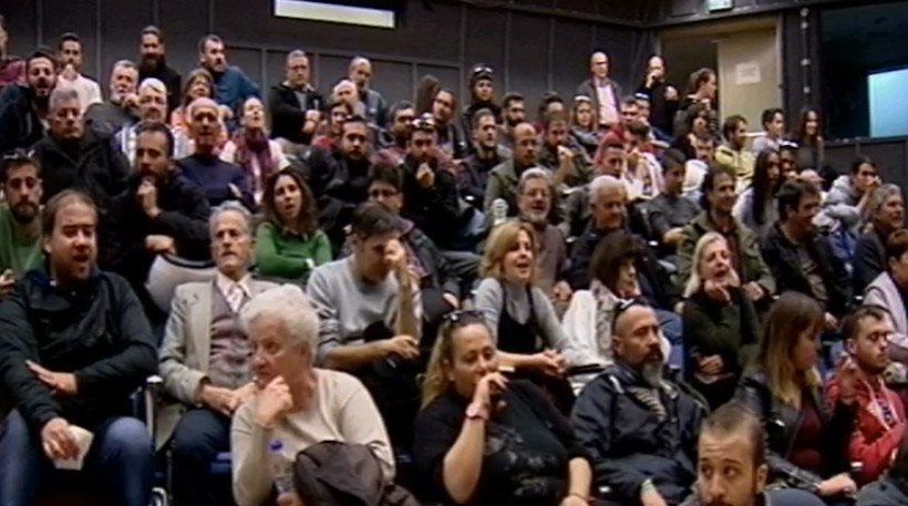 Χάος με πανό και αποδοκιμασίες κατά της Δούρου στο Περιφερειακό Συμβούλιο Αττικής