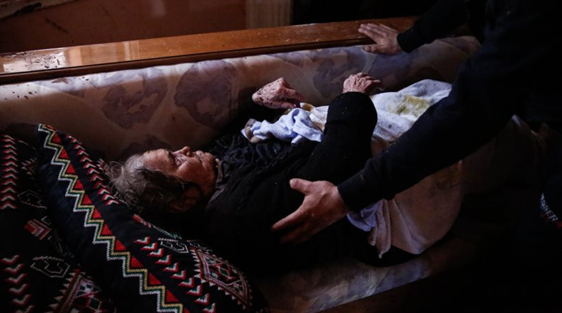 Συγκλονιστικές εικόνες: Δείτε την διάσωση ηλικιωμένης γυναίκας μέσα από το σπίτι της