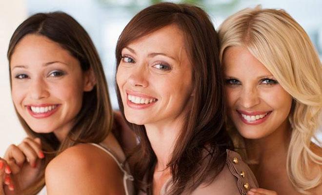 Ανέκδοτο: Μια ξανθιά, μια μελαχρινή και μια κοκκινομάλλα κάνουν διαγωνισμό ανεκδότων.