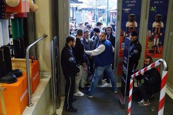 Black Friday: Ουρές από τα ξημερώματα σε καταστήματα
