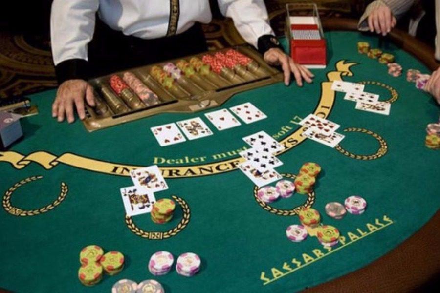 Έφοδος σε κορονο-καζίνο στην Αττική: Έσπασαν τα μέτρα για να τζογάρουν