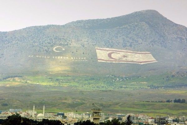 Σάλος με τουρκοκυπριακή εφημερίδα που δείχνει αρχαιοελληνικό άγαλμα να ουρεί τον Ερντογάν