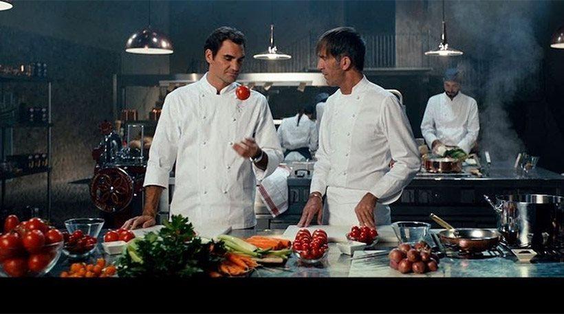 O Ρότζερ Φέντερερ σε ρόλο… master chef μαγειρεύει ζυμαρικά ακούγοντας «Ζορμπά»
