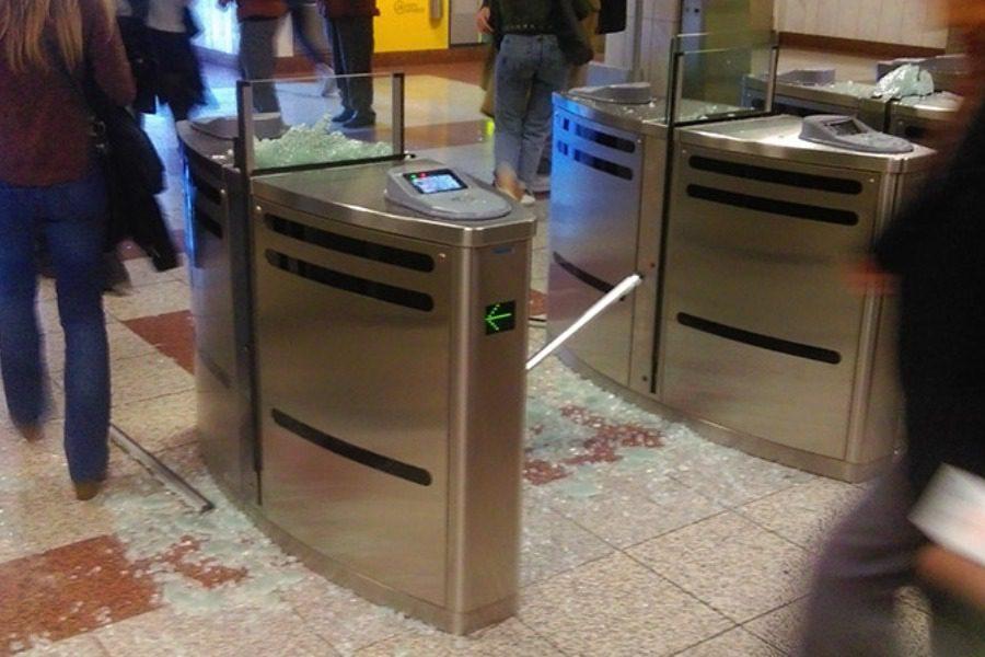 Κουκουλοφόροι έκαναν «γυαλιά‑καρφιά» το σταθμό μετρό στο Πανεπιστήμιο