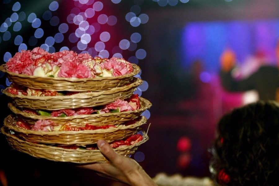 Γνωστή παρουσιάστρια έκανε 20.000 ευρώ λογαριασμό σε γαρύφαλλα πρώτο τραπέζι πίστα!
