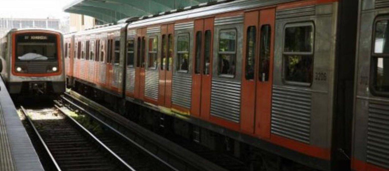 Άνδρας έπεσε από πεζογέφυρα στο βαγόνι του τρένου στα Πετράλωνα