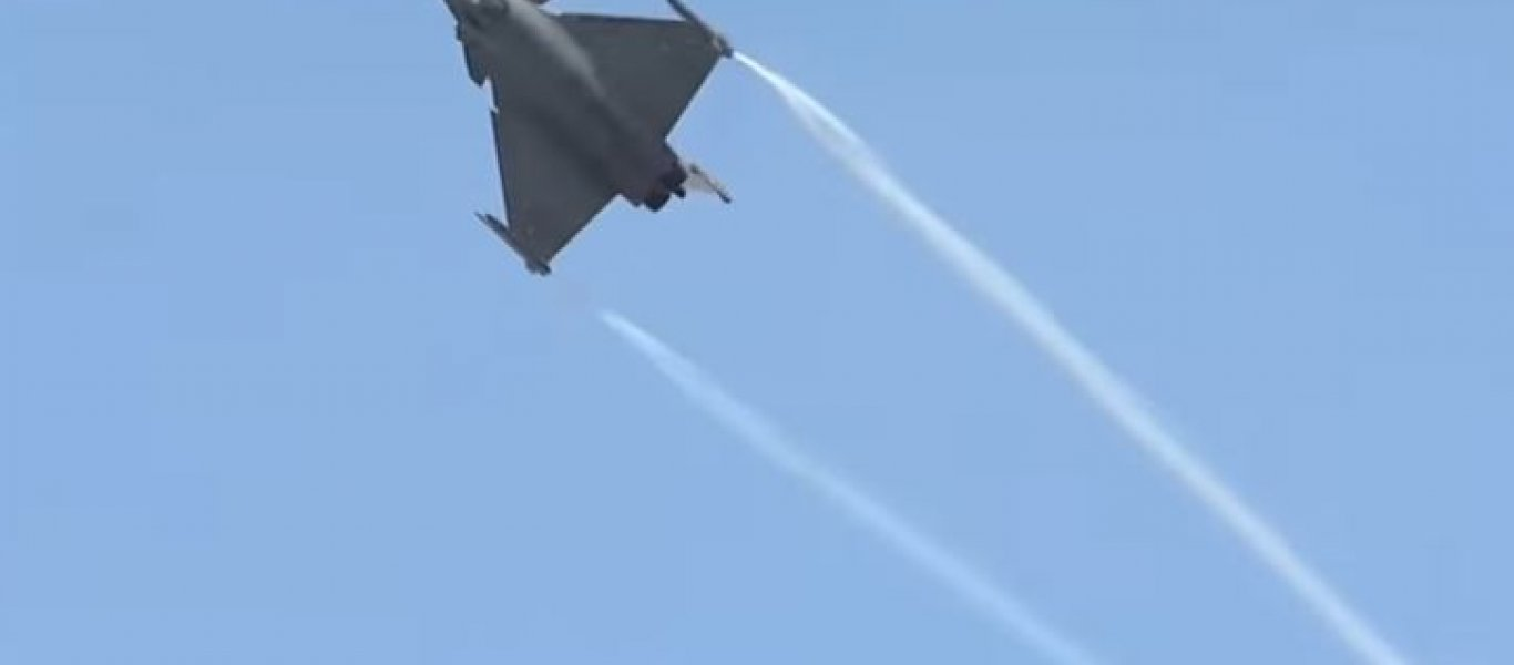 Για αυτό το λόγο τα αεροπλάνα αφήνουν άσπρη γραμμή πίσω τους (βίντεο)