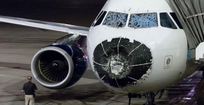 Δείτε σε τι κατάσταση προσγειώθηκε αεροπλάνο μετά από θύελλα χαλαζιού [Εικόνες]