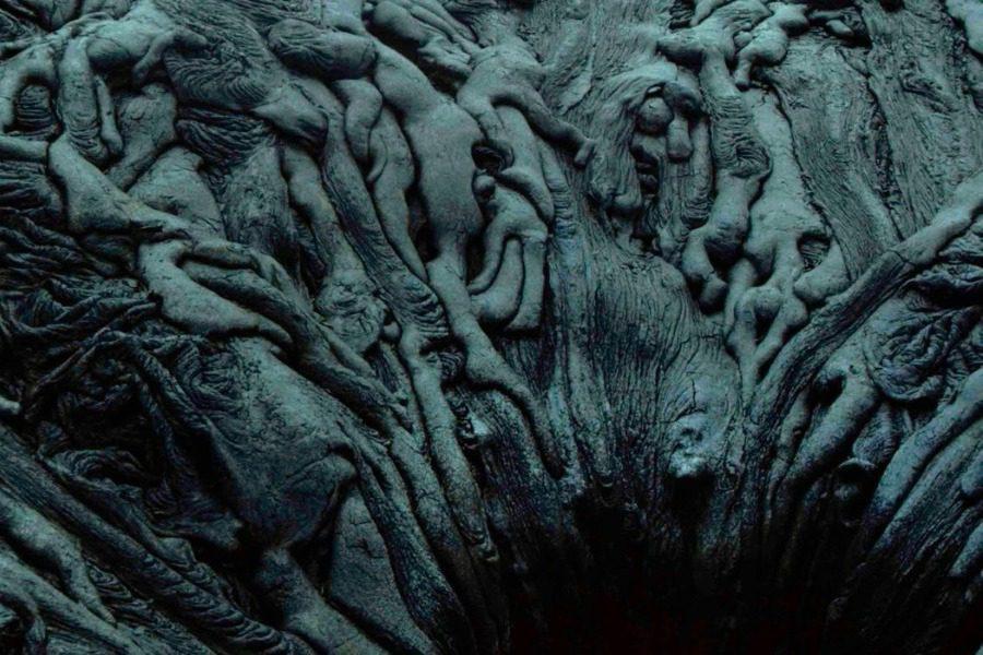 Μορφές από λιωμένα σώματα έξω από ηφαίστειο ταράζουν το διαδίκτυο