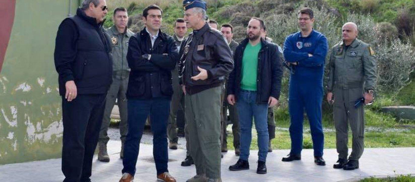 «Επιθεώρηση μάχης» Αλ. Τσίπρα και Π. Καμμένου στο αεροδρόμιο και τις πυροβολαρχίες της Σκύρου (φωτό)