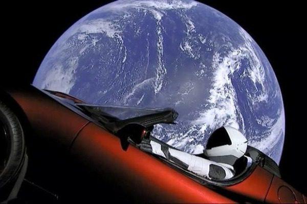 Τι πιθανότητες υπάρχουν να πέσει στη Γη το Tesla Roadster της Space X