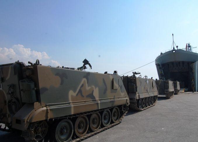 Φορτώνονται άρματα μάχης, MLRS και τεθωρακισμένα σε αρματαγωγά του Π.Ν – Κρίσιμες ώρες!