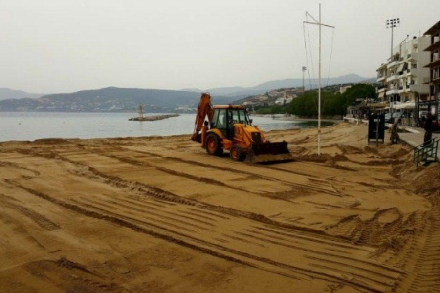 Κρήτη: Ετοιμάζονται για το καλοκαίρι μεταφέροντας… φρέσκια άμμο σε παραλίες