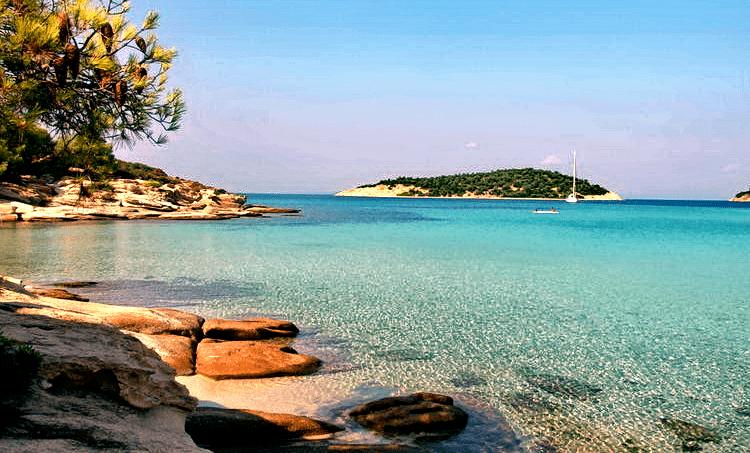 Το άγνωστο ελληνικό νησί που έχει όλο το χρόνο ζεστά νερά και καθόλου κύμα [εικόνες]