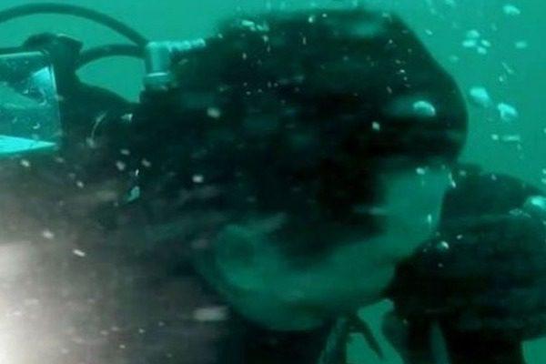 Η στιγμή που ένας δύτης ξέμεινε από οξυγόνο 100 μέτρα κάτω από την επιφάνεια της θάλασσας