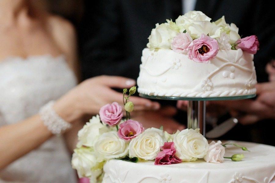 Δεν θα πιστεύεις τι περιείχε η τούρτα του πριγκιπικού γάμου