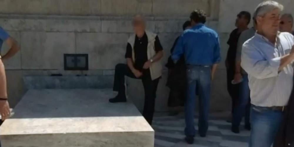 Σύλλογος Ευζώνων Προεδρικής Φρουράς: «Ατιμωτική» η συμπεριφορά να πατάς πάνω στο Μνημείο του Αγνώστου Στρατιώτη