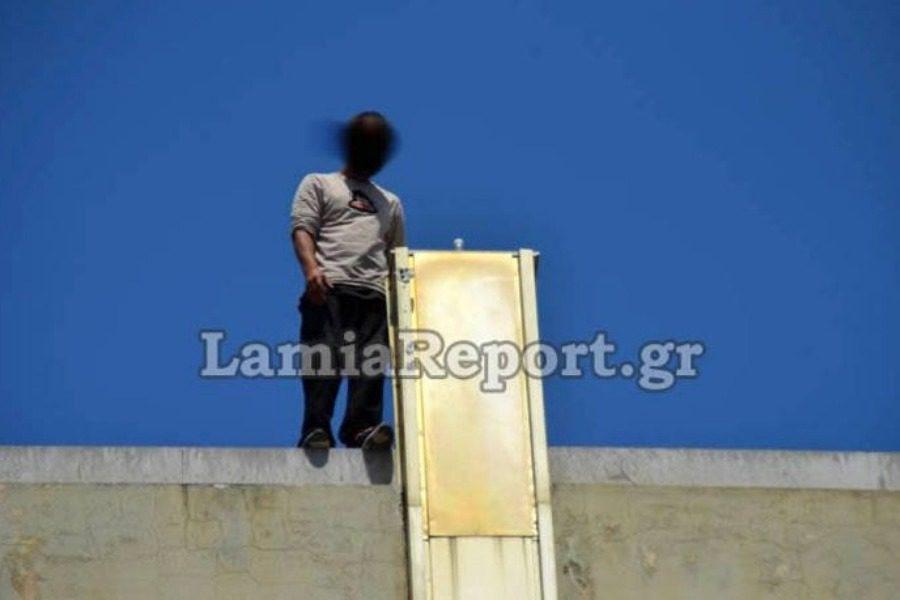 Αστυνομικός «άρπαξε» τελευταία στιγμή άνδρα που επιχείρησε να πέσει στο κενό