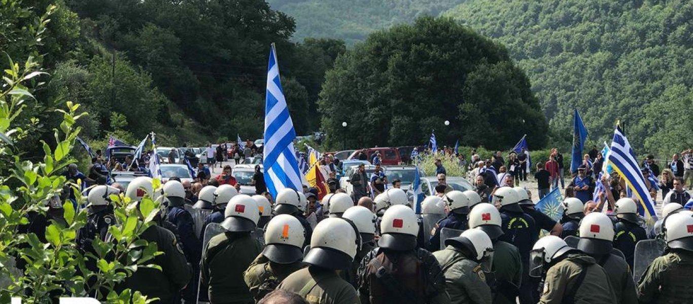 Άγριες συμπλοκές στις Πρέσπες ανάμεσα σε αστυνομικούς και διαδηλωτές- «Βροχή» οι πέτρες (φωτο, βιντεο)