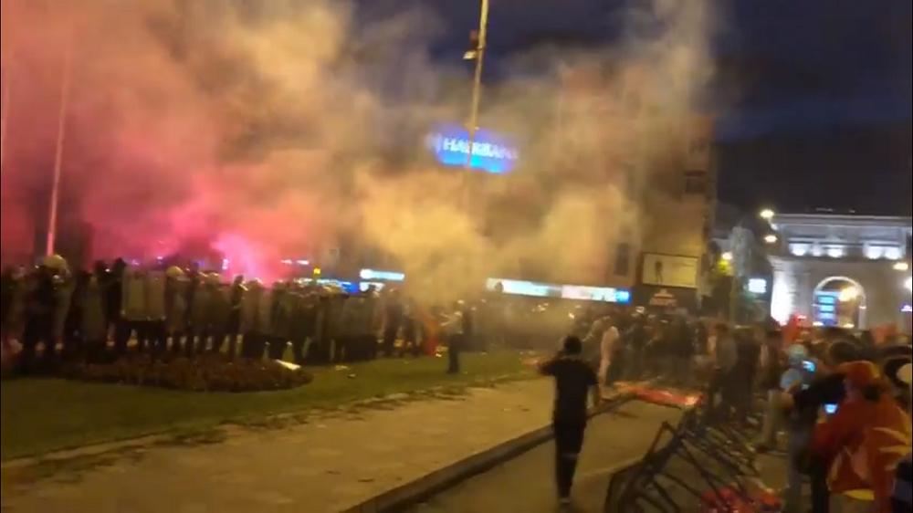Τεταμένη η κατάσταση στα Σκόπια: Συγκρούσεις μπροστά από το κοινοβούλιο – VMRO: «Δεν στηρίζουμε τις αλλαγές» – Γρίφος η στάση των Αλβανών