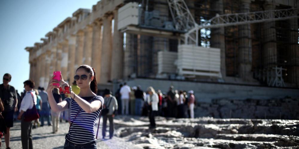 Guardian: Πόσους τουρίστες μπορεί ν' αντέξει η Ελλάδα;