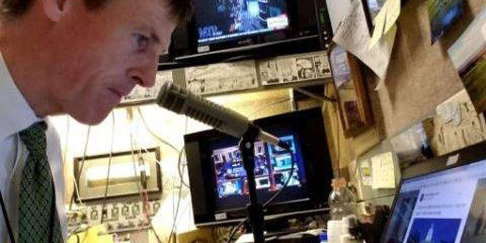 Δημοσιογράφος έχασε τη φωνή του και κάνει ραδιόφωνο χάρη σε τεχνητή φωνή
