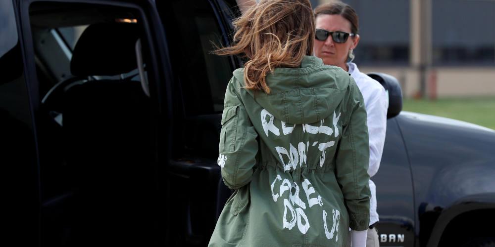 Σάλος με την Μελάνια Τραμπ και το «κρυφό» μήνυμα στο μπουφάν της [εικόνες]