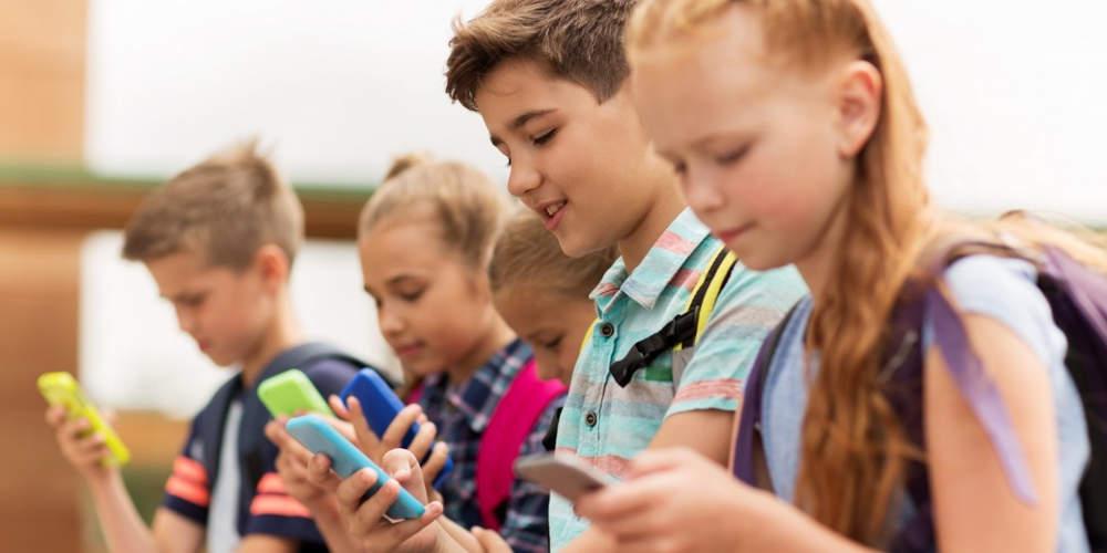 Προς απαγόρευση τα κινητά στα σχολεία στην Γαλλία
