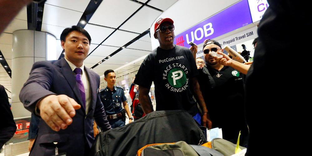 Ο Ντένις Ρόντμαν στην Σιγκαπούρη καπνίζει πούρο και περιμένει Τραμπ και Κιμ