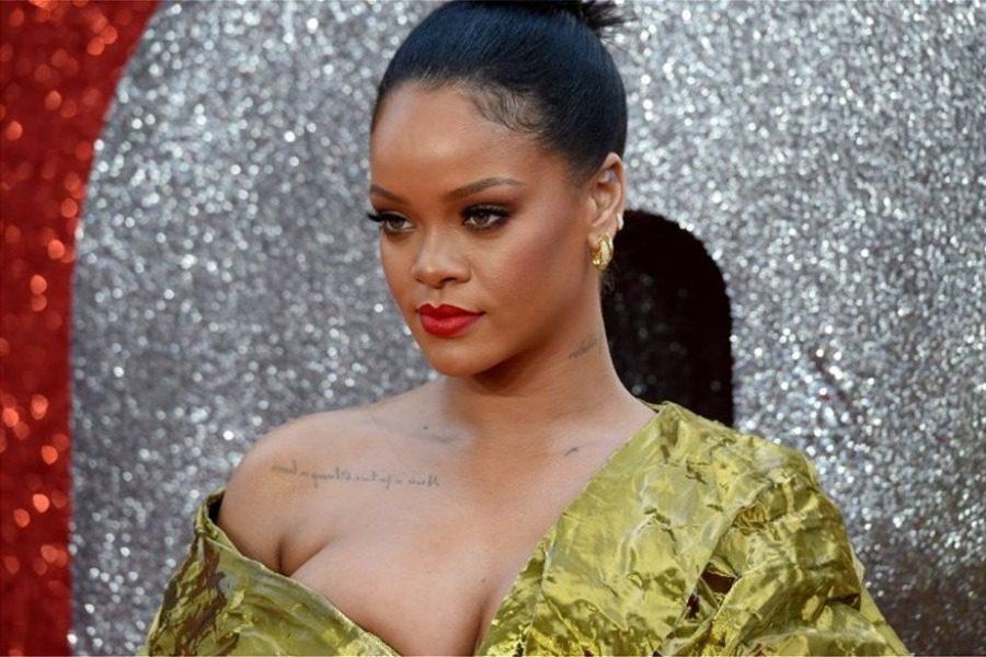 Η Rihanna προσπαθούσε να συγκρατήσει το στήθος της μέσα στο φόρεμα