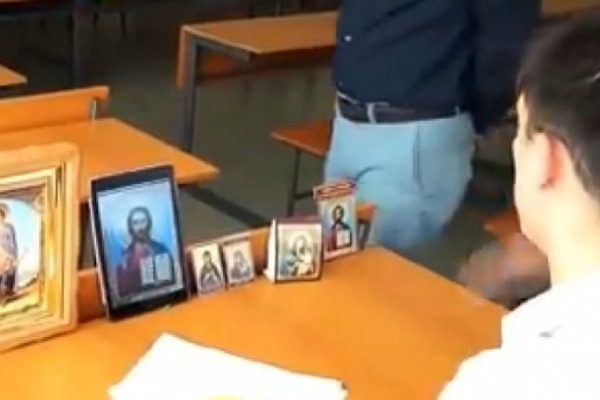 Πήγε να δώσει εξετάσεις και έβαλε επτά εικόνες πάνω στο θρανίο του…