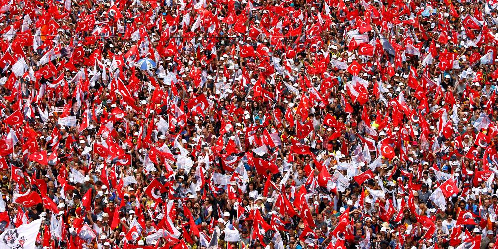«Κοκκίνισε» η Κωνσταντινούπολη: Έπεσε η αυλαία για την προεκλογική εκστρατεία στην Τουρκία