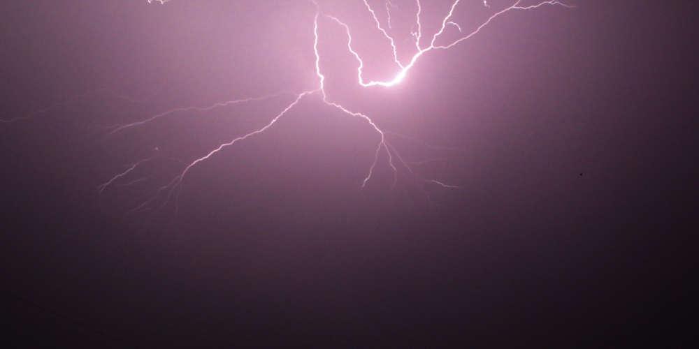Κακοκαιρία Μπάλλος – Κρήτη: Εντυπωσιακό βίντεο από την καταιγίδα που έσβησε τις κολώνες οδοφωτισμού