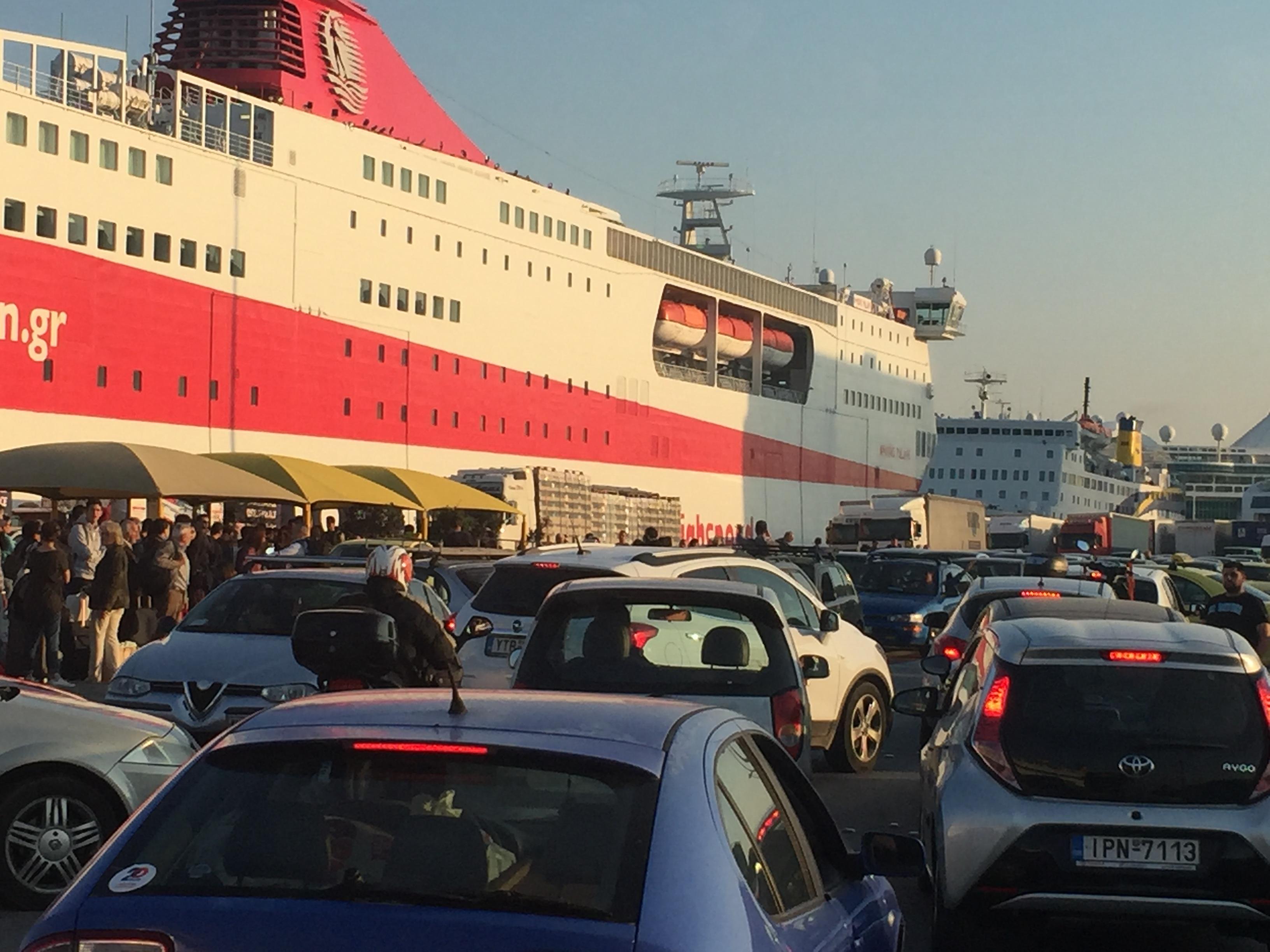 Πρώτο μεγάλο «κύμα» φυγής σε λιμάνια και αεροδρόμια! Και την Κρήτη επιλέγουν οι αδειούχοι.