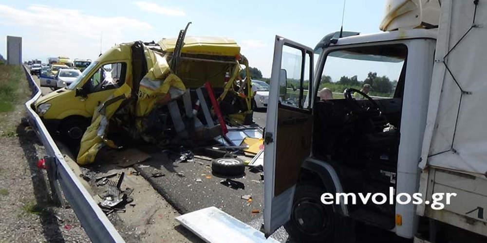 Σοβαρό τροχαίο με τραυματία στην Εγνατία – Φορτηγό έπεσε πάνω σε οχήματα [εικόνες]