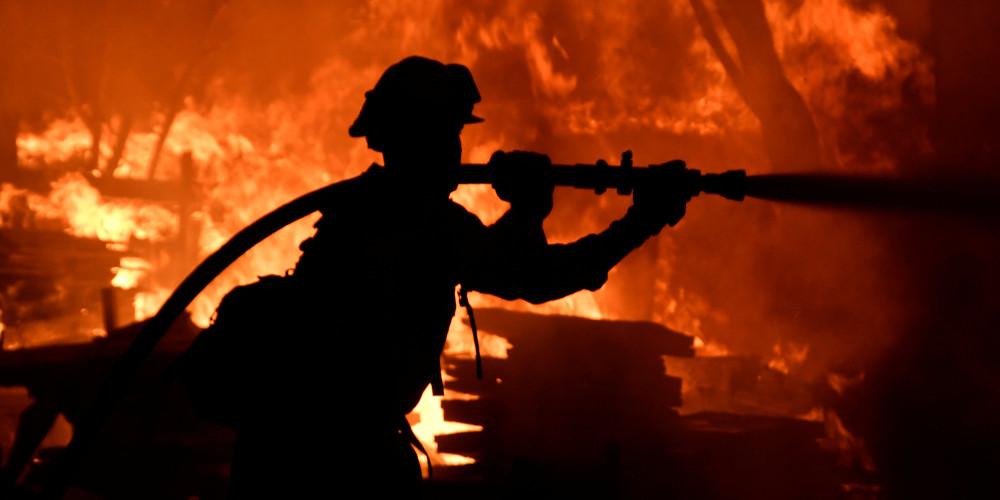 Περισσότερες από 100 μεγάλες πυρκαγιές μαίνονται στις ΗΠΑ
