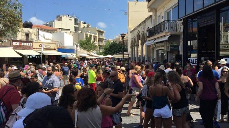 Υπό…κατάληψη από τους τουρίστες η πόλη!