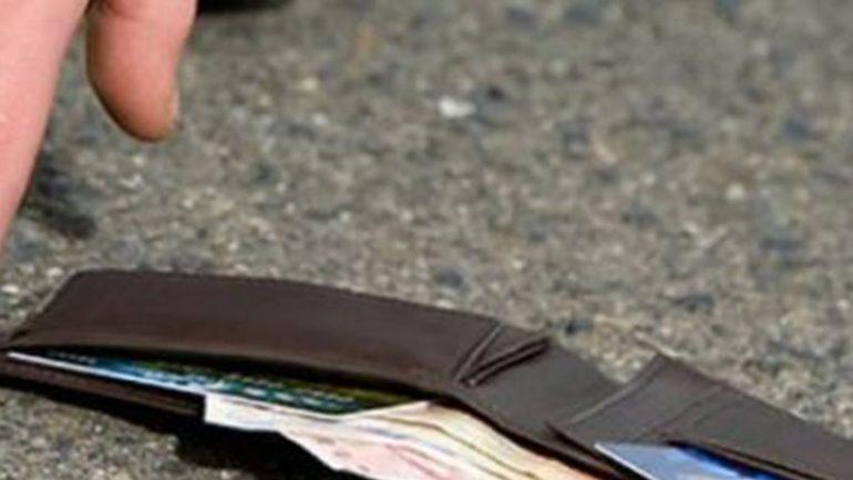 Βρήκε το πορτοφόλι γεμάτο λεφτά και το παρέδωσε !