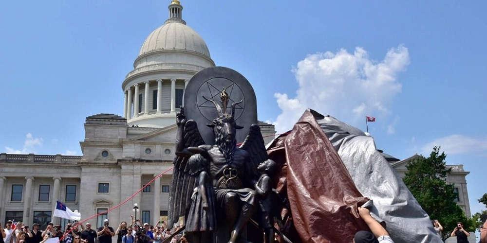 Εστησαν άγαλμα του σατανά σε κυβερνητικό κτίριο στο Αρκάνσας