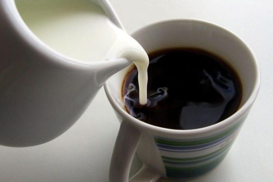 3 λόγοι για να μην βάζετε γάλα στον καφέ σας