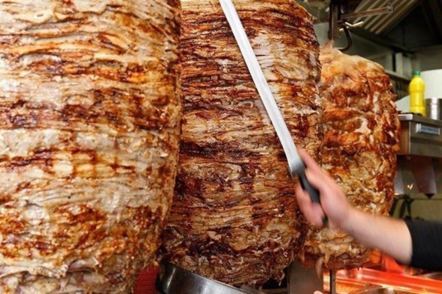 Αυτό το γυράδικο προσφέρει το μεγαλύτερο πιάτο που μπορείτε να φάτε
