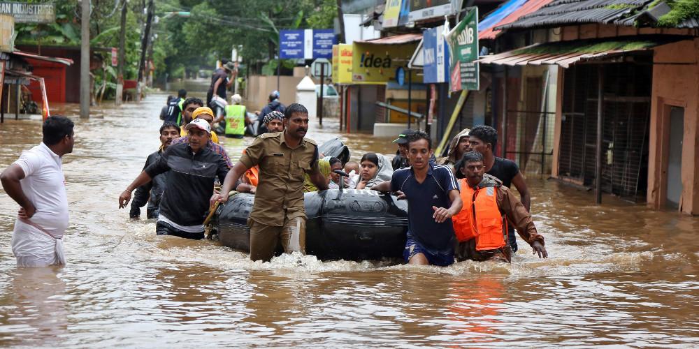 Τραγωδία στην Ινδία: 370 νεκροί και 700.000 στα καταφύγια εξαιτίας την πλημμυρών