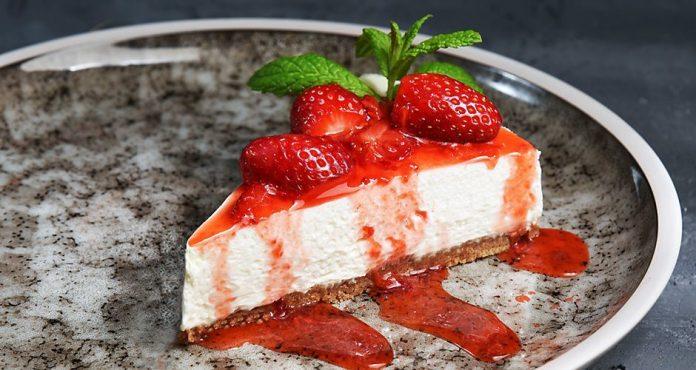 Δροσιστικό επιδόρπιο για το καλοκαίρι: Γρήγορο cheesecake σε 10 λεπτά! (video)