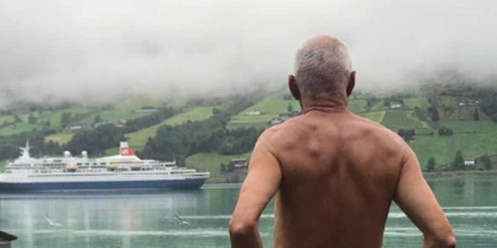 Πολιτικός πόζαρε γυμνός επειδή τα κρουαζιερόπλοια του χαλάνε τις διακοπές [εικόνα]